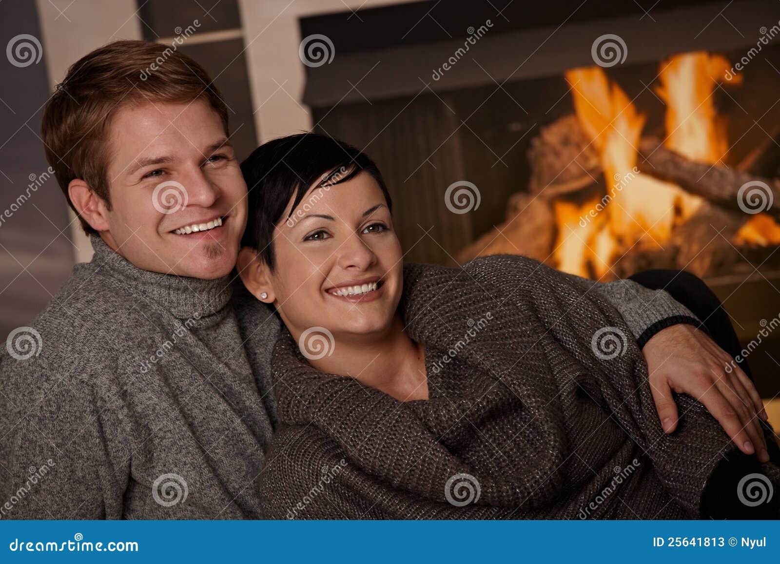 Пары обнимая дома