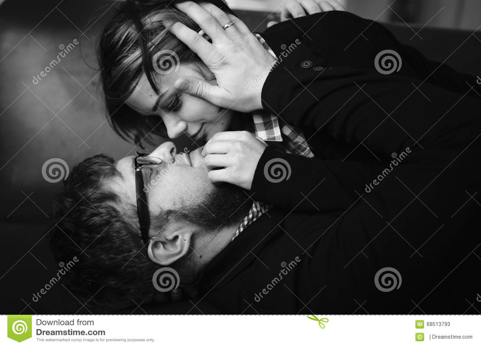 пары обнимая любить