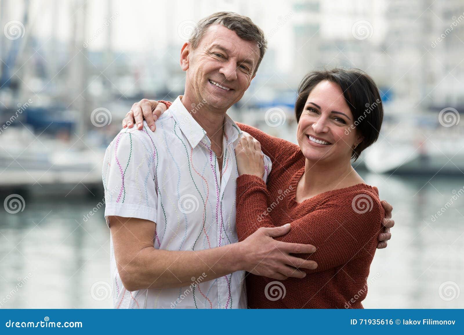 Пары обнимая outdoors на весеннем дне