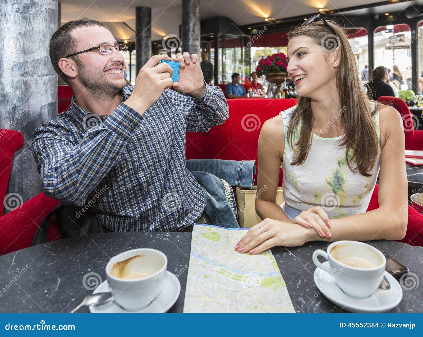 Пары принимая фото в кафе