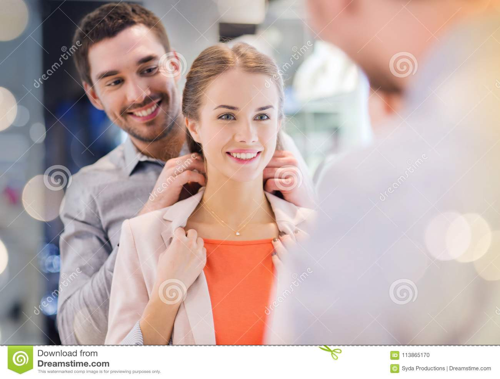 Пары пробуя золотой шкентель дальше на ювелирном магазине