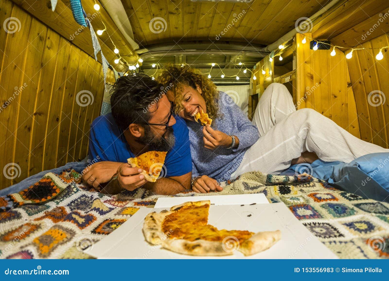 Пары романтичных людей взрослые молодые в любов наслаждаются маленьким крошечным домом внутри старого восстановленного винтажного