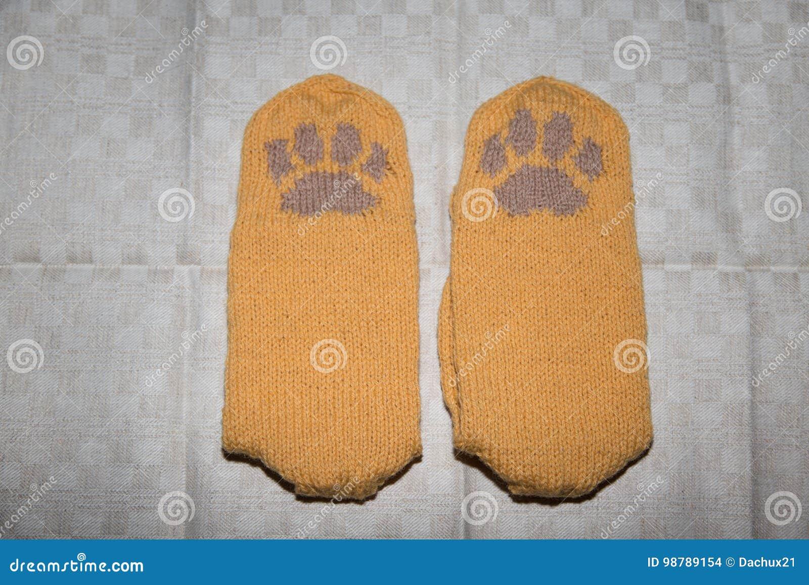Кот связал носки