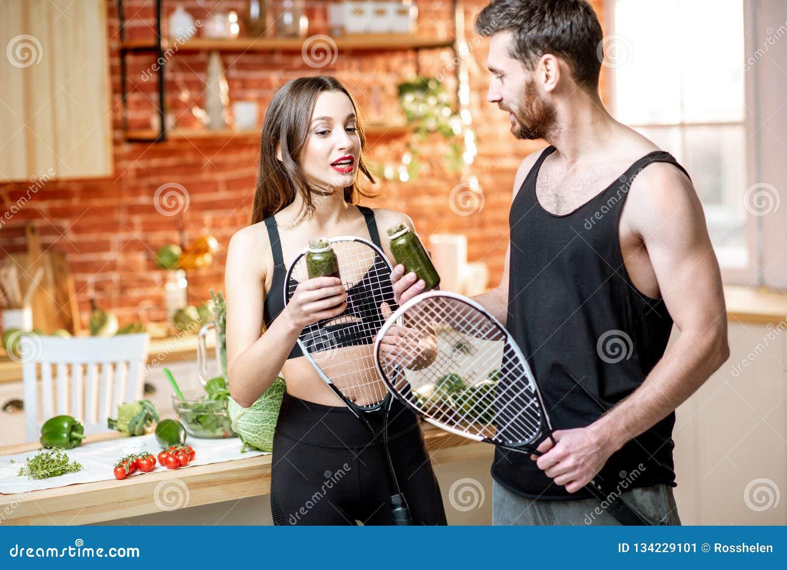 Пары спорт есть здоровую еду на кухне дома