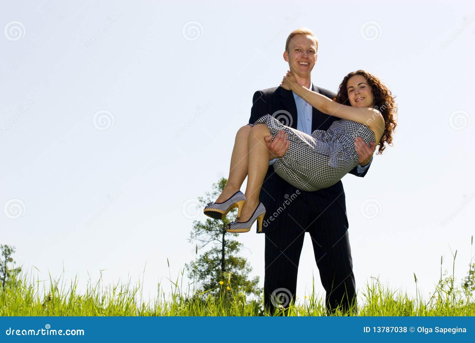 Смешная картинка мужик держит бабу на руках, марта