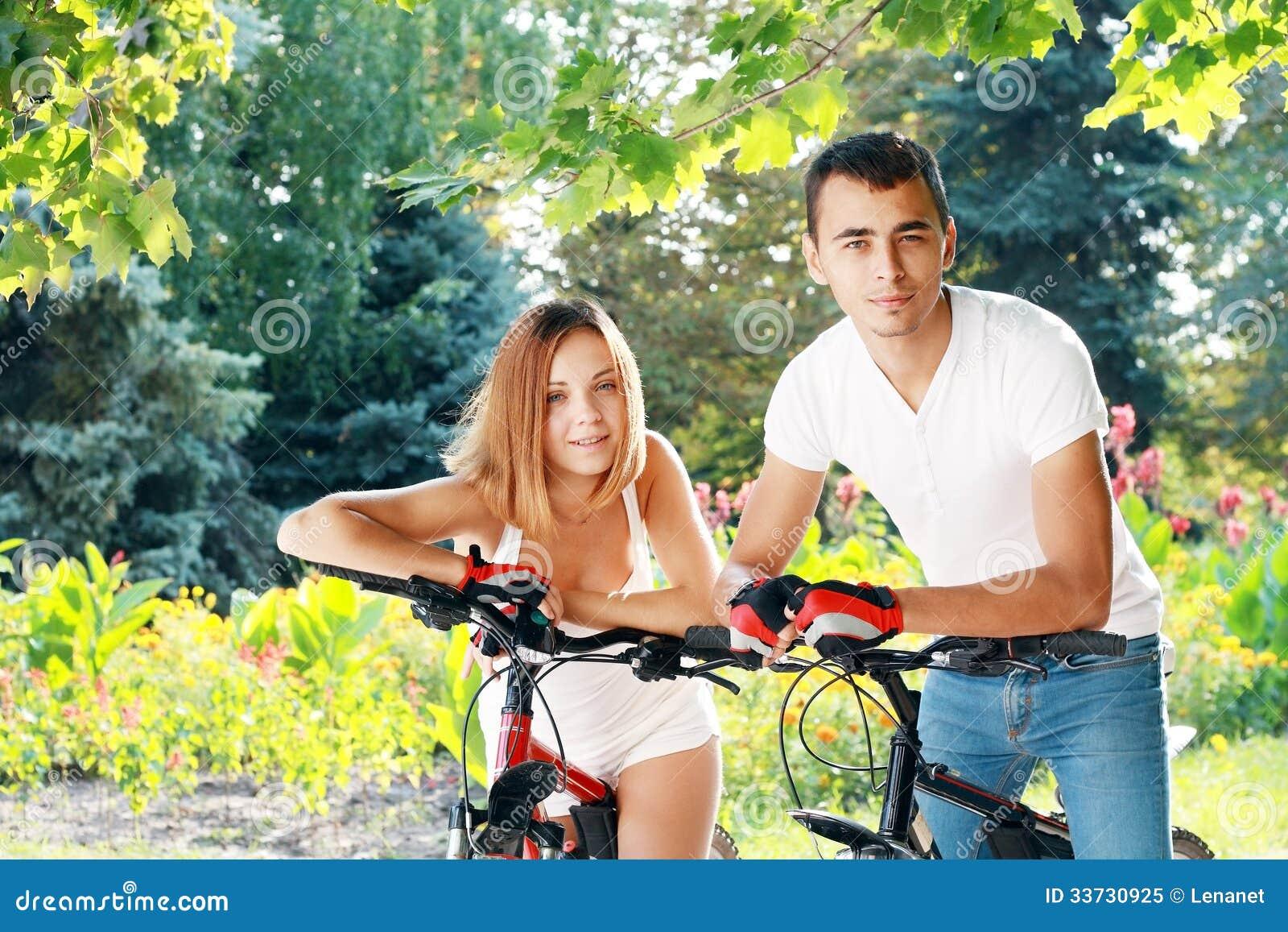Пары с их велосипедами