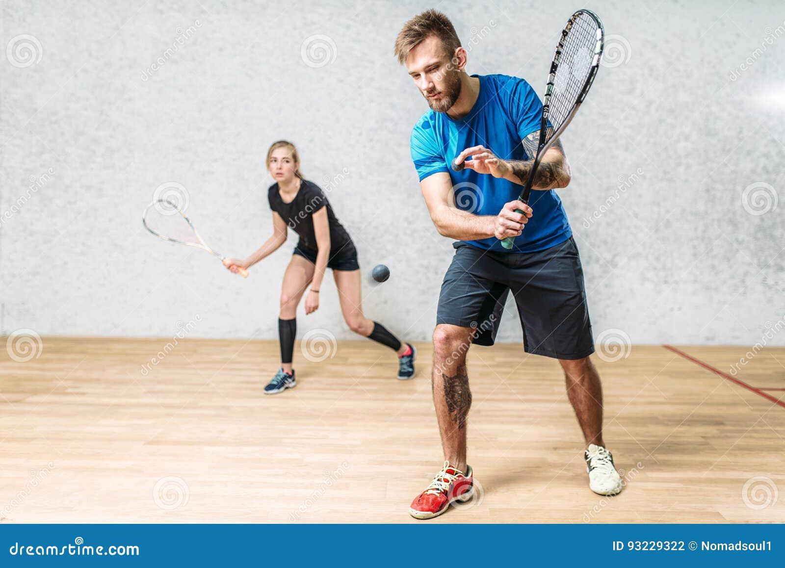Пары с ракетками сквоша, крытый клуб тренировки