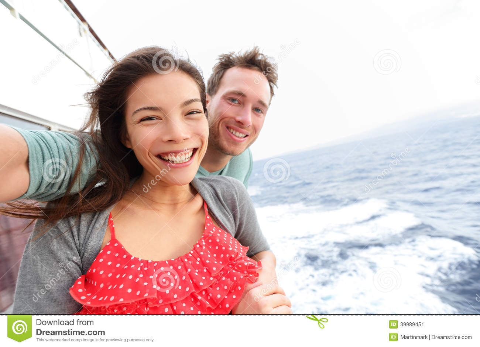 Пары туристического судна принимая фото selfie