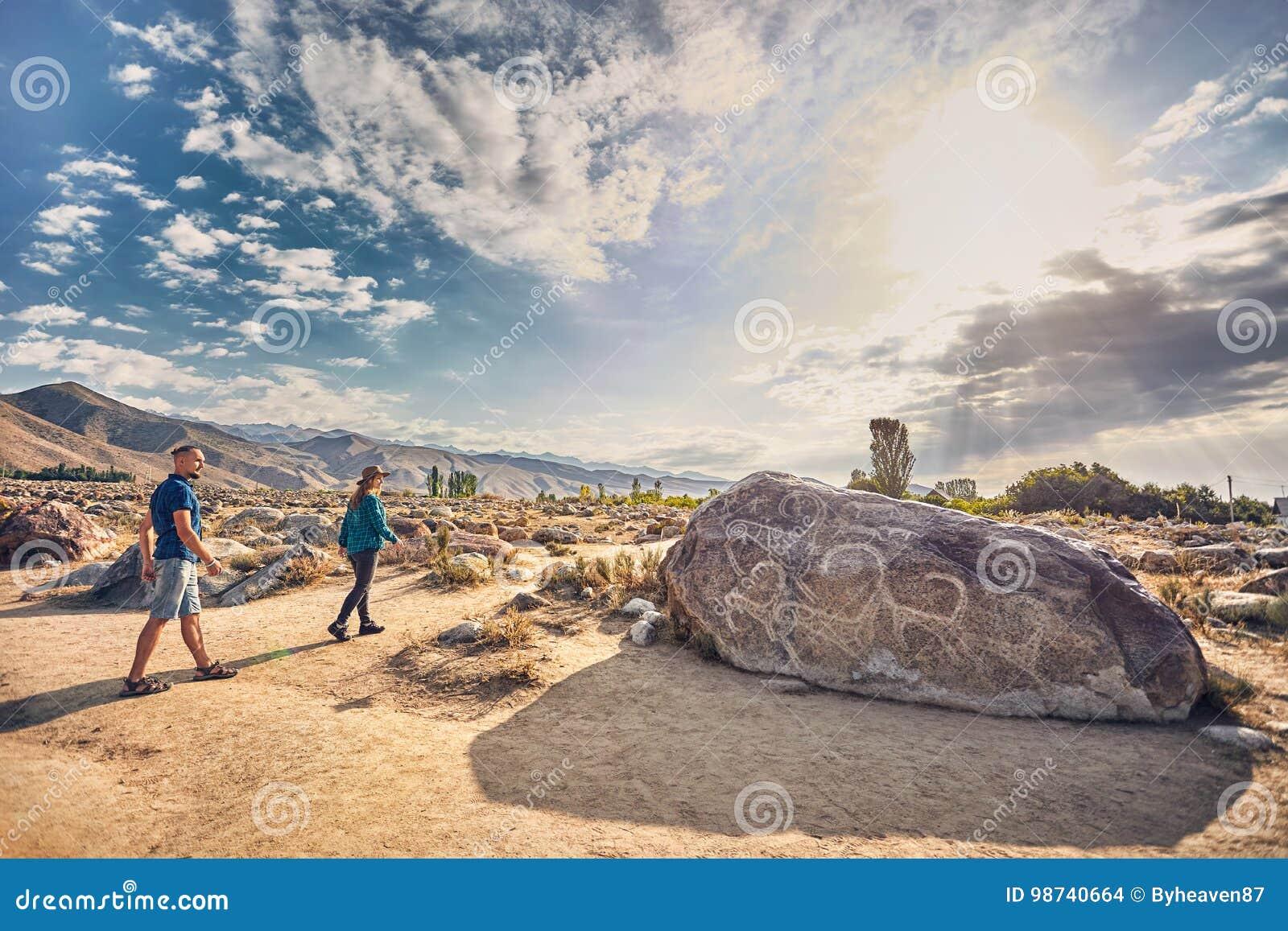 Пары туристской близко старой каменной картины