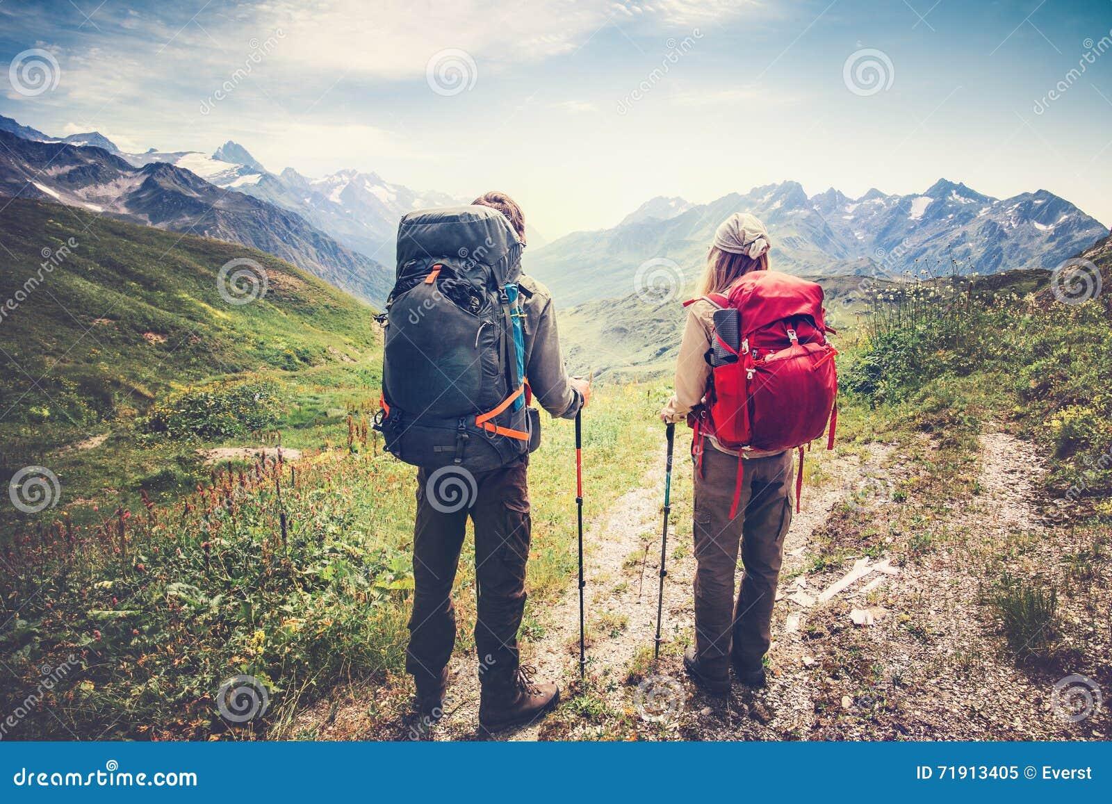 Пары укомплектовывают личным составом и альпинизм backpackers путешественников женщины