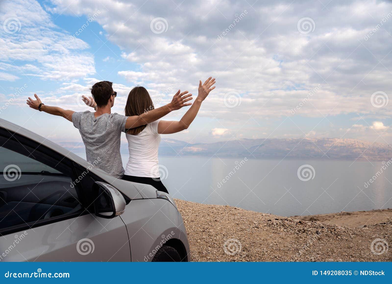 Пары усаженные на клобук двигателя арендованного автомобиля на поездке в Израиле