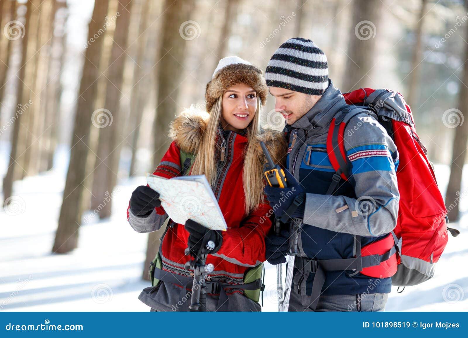 Пары hikers ориентируя с картой