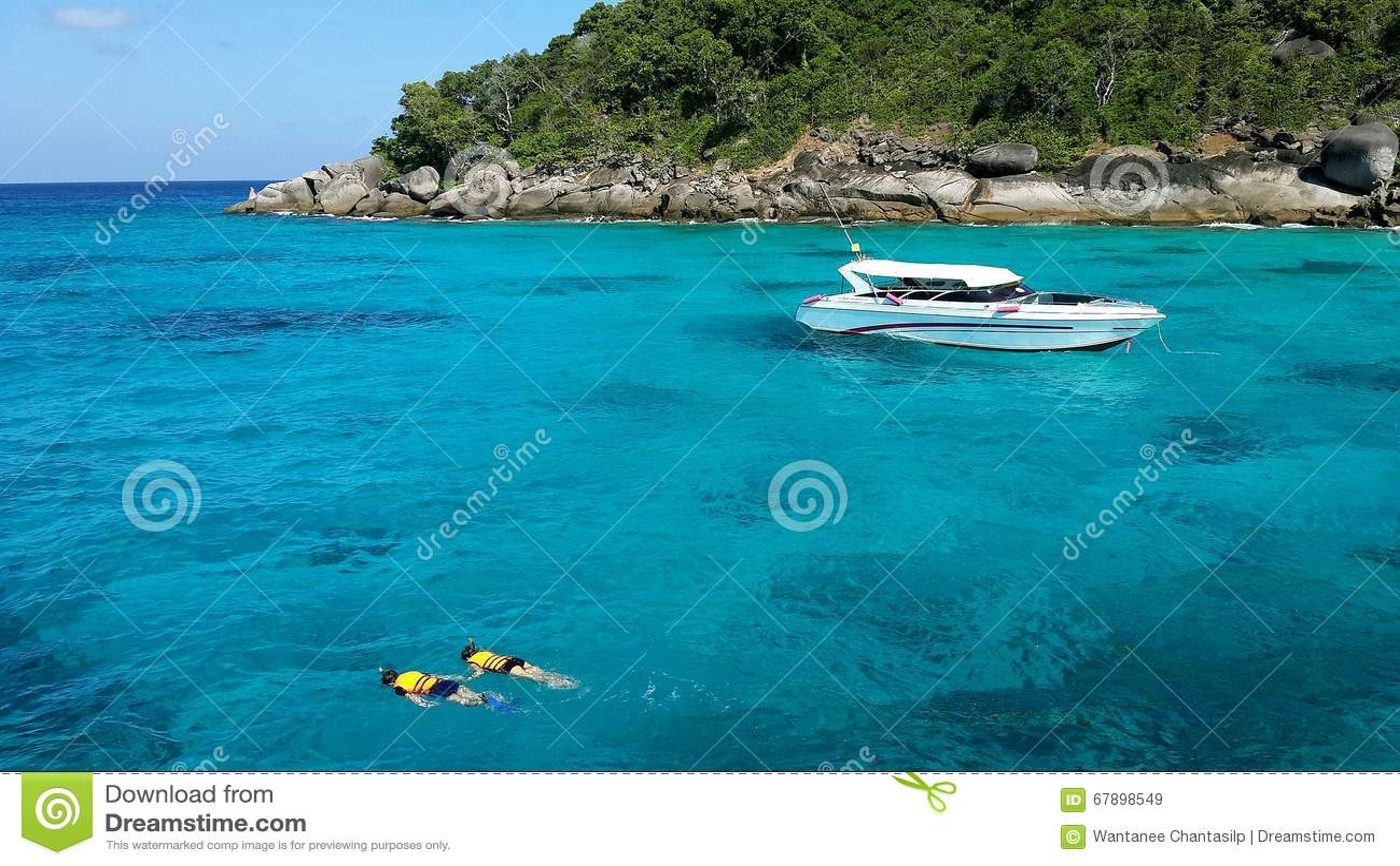 Пары snorkeling с чистой водой на острове Similan