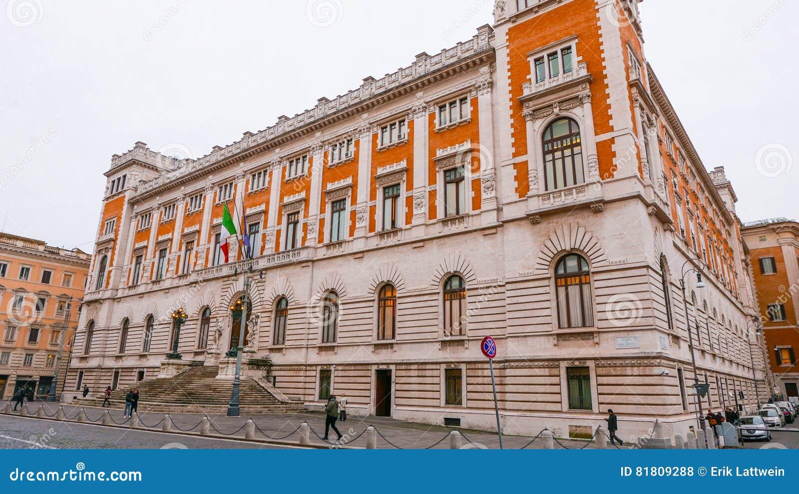 Парламент в Риме - впечатляющем здании в центре города
