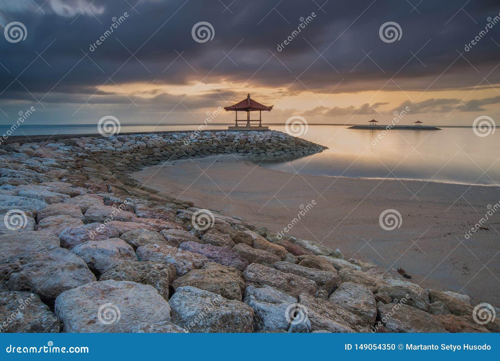 Пасмурный взгляд утра на Pantai Karang Sanur Бали, Индонезии