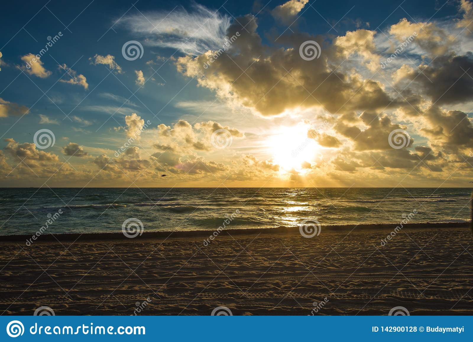 Пасмурный восход солнца на Miami Beach