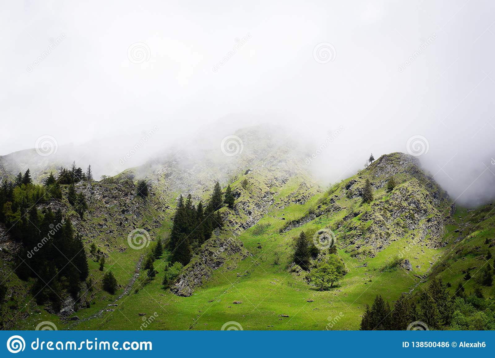 Пасмурный туман горы поверх горных вершин