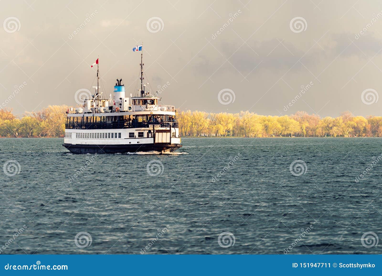 Пассажирский паром плавает через гавань Торонто после шторма