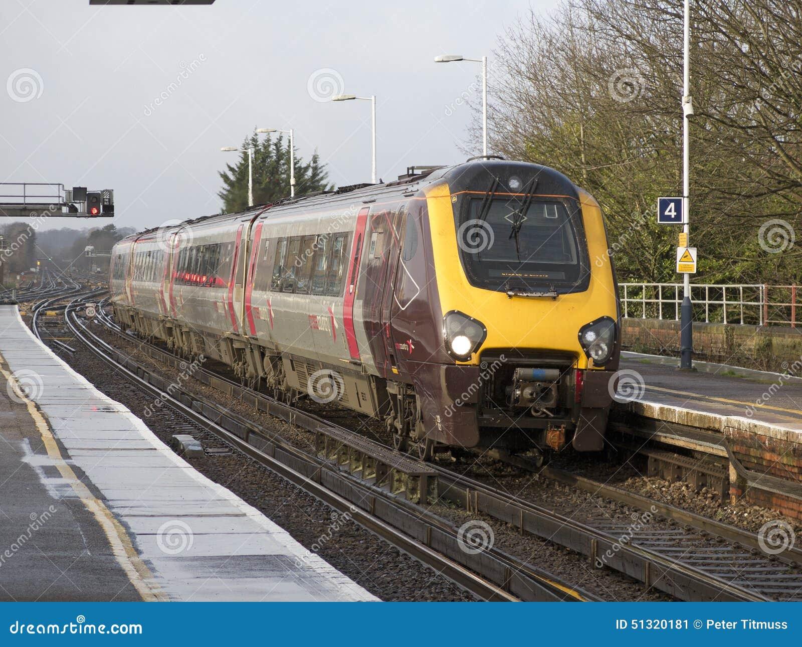 Пассажирский поезд причаливая станции Великобритании