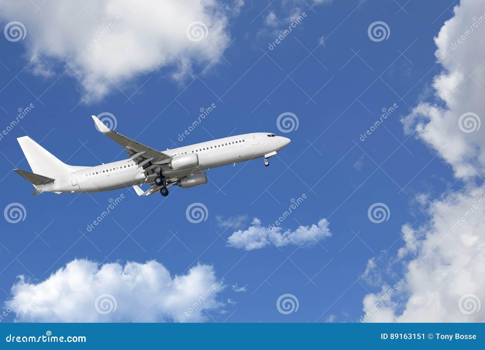 Пассажирский самолет, самолет путешествуя через облака