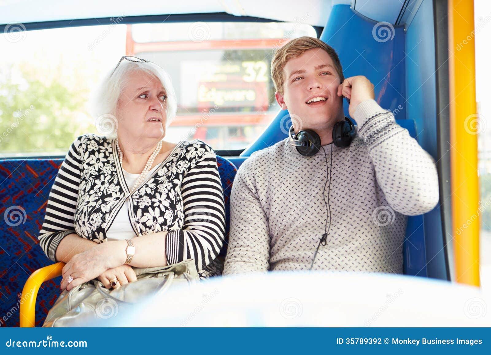 Пассажиры человека нарушая на путешествии шины с телефонным звонком