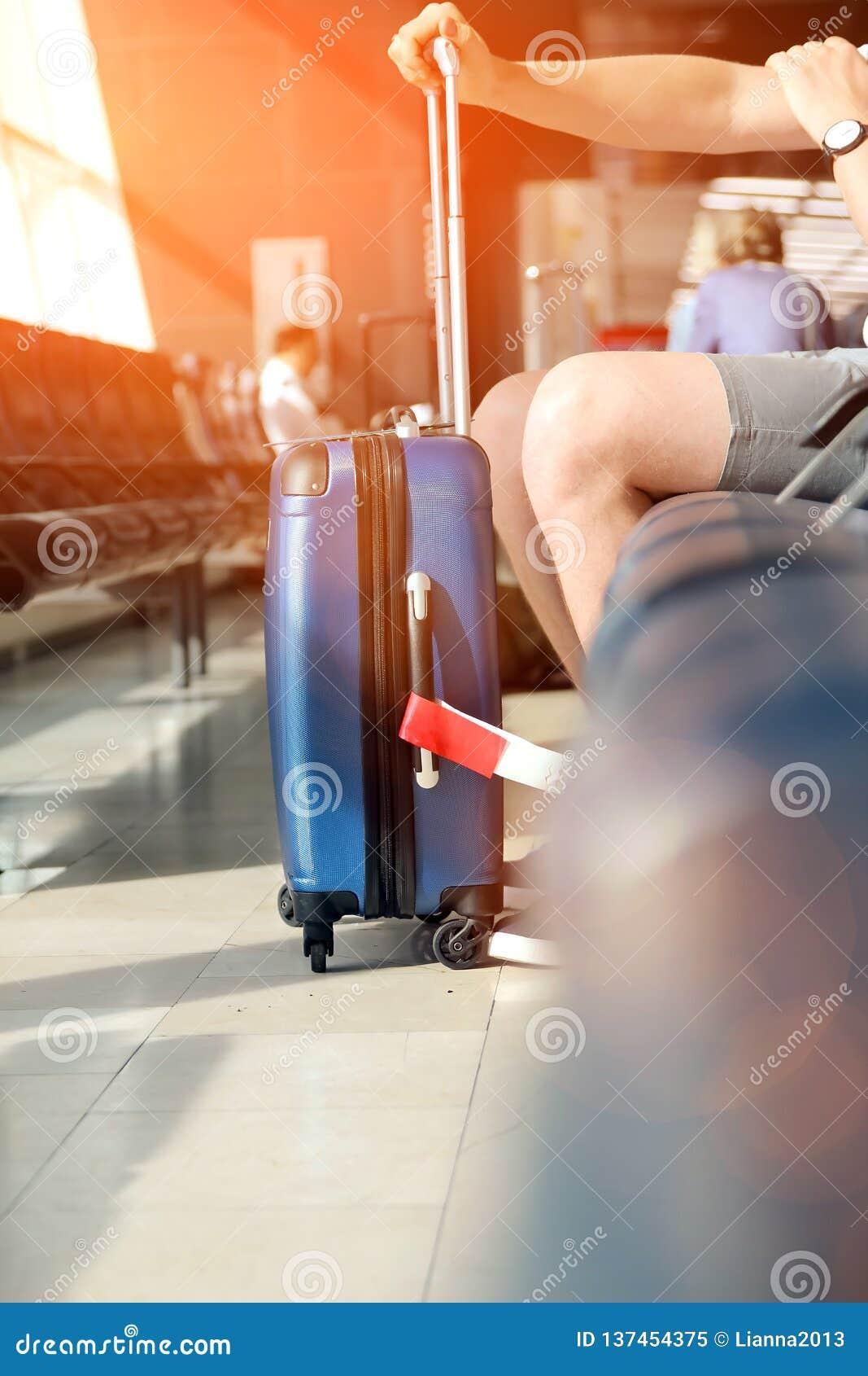 Пассажир ждет задержанный полет в аэропорте