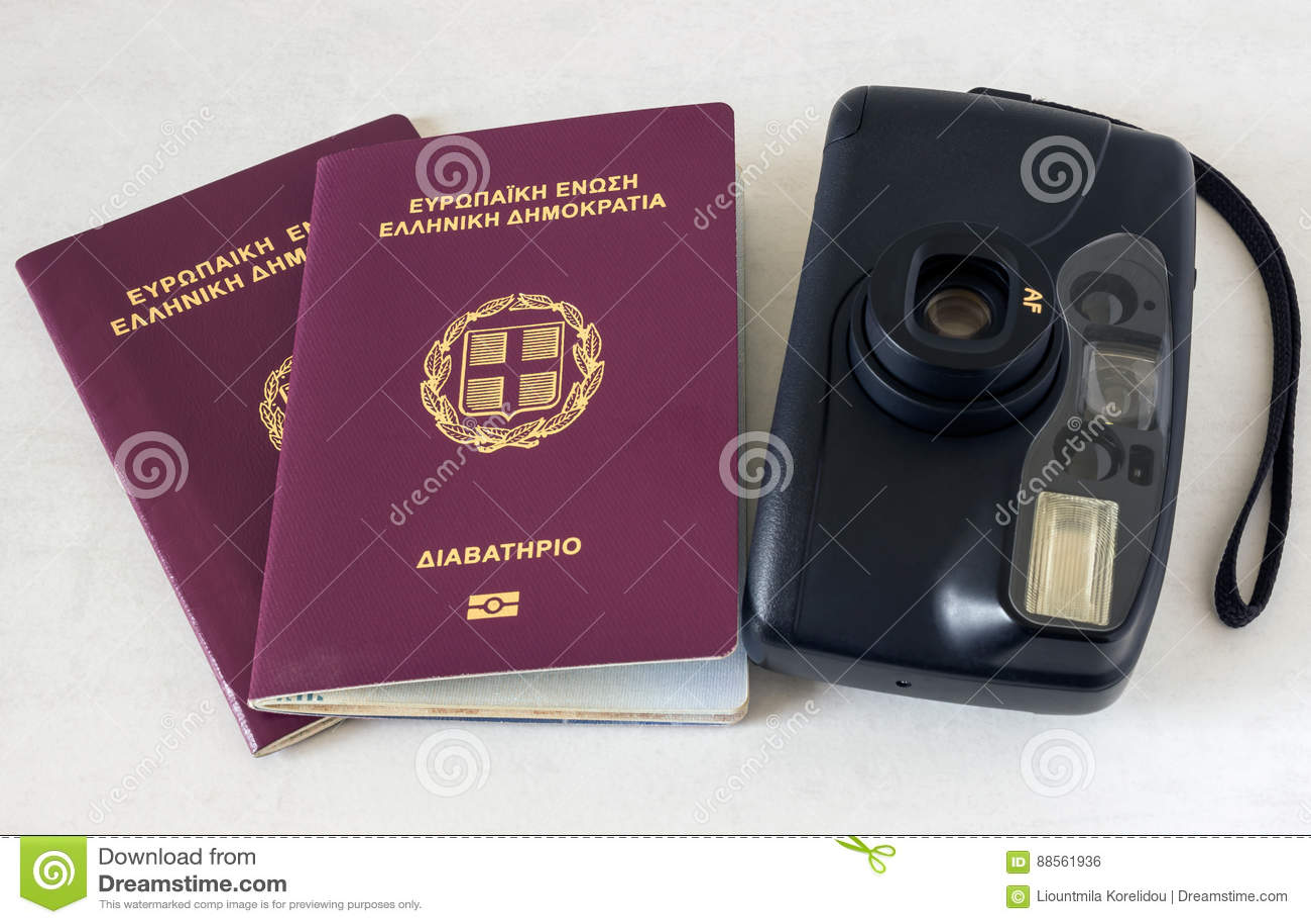 2 пасспорта и камера Концепция - подготовка для перемещения
