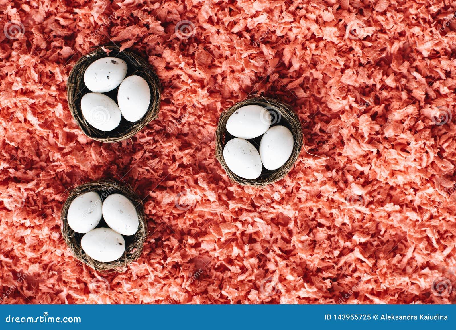 Пасхальные яйца в небольших корзинах