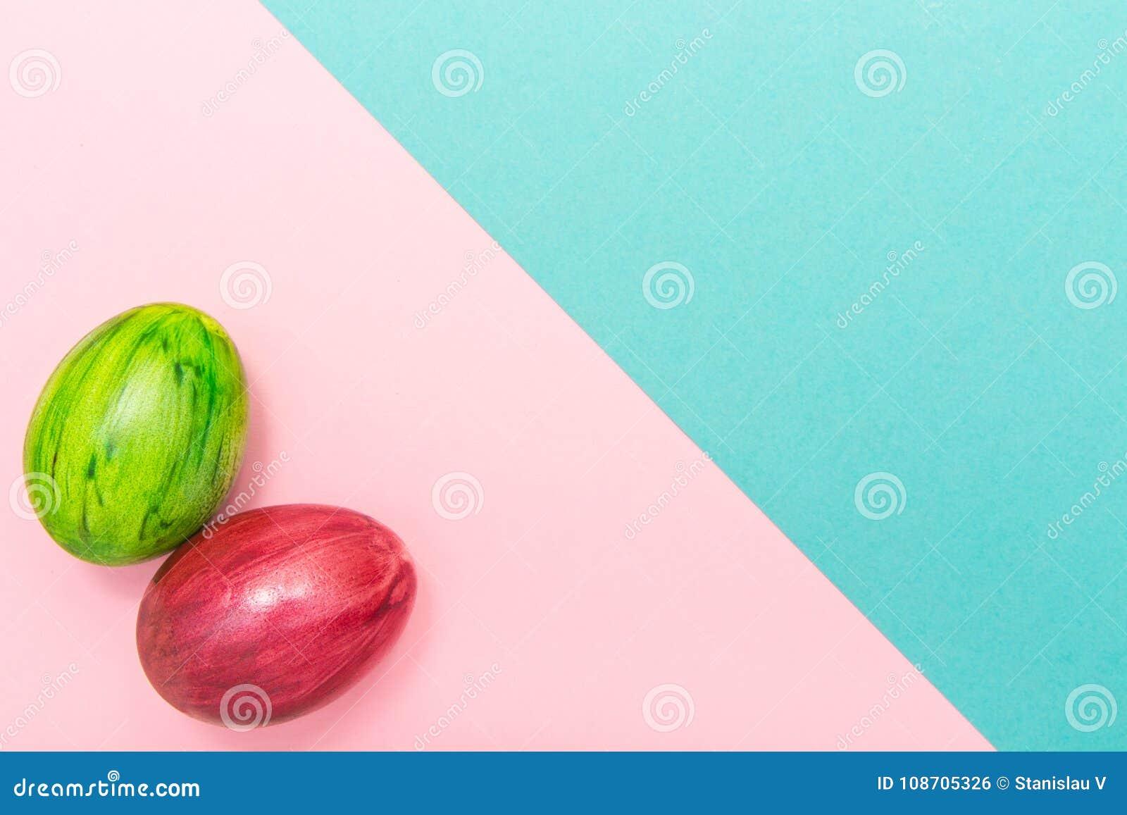 Пасхальные яйца на бирюзе и розовой геометрической предпосылке Стиль зеленого и красного яичка handmade новый расцветки на покраш