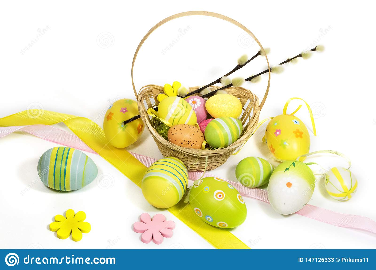 Пасха покрасила яйца с корзиной лоз