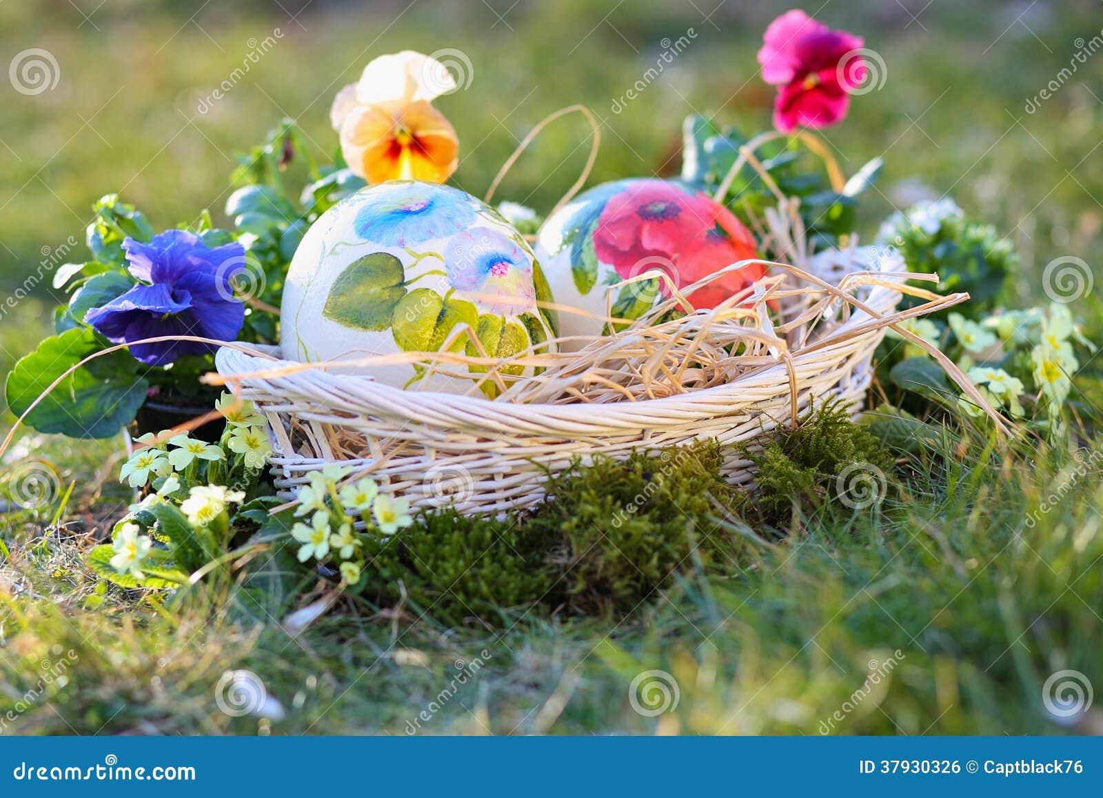Пасха покрасила яичка среди цветков