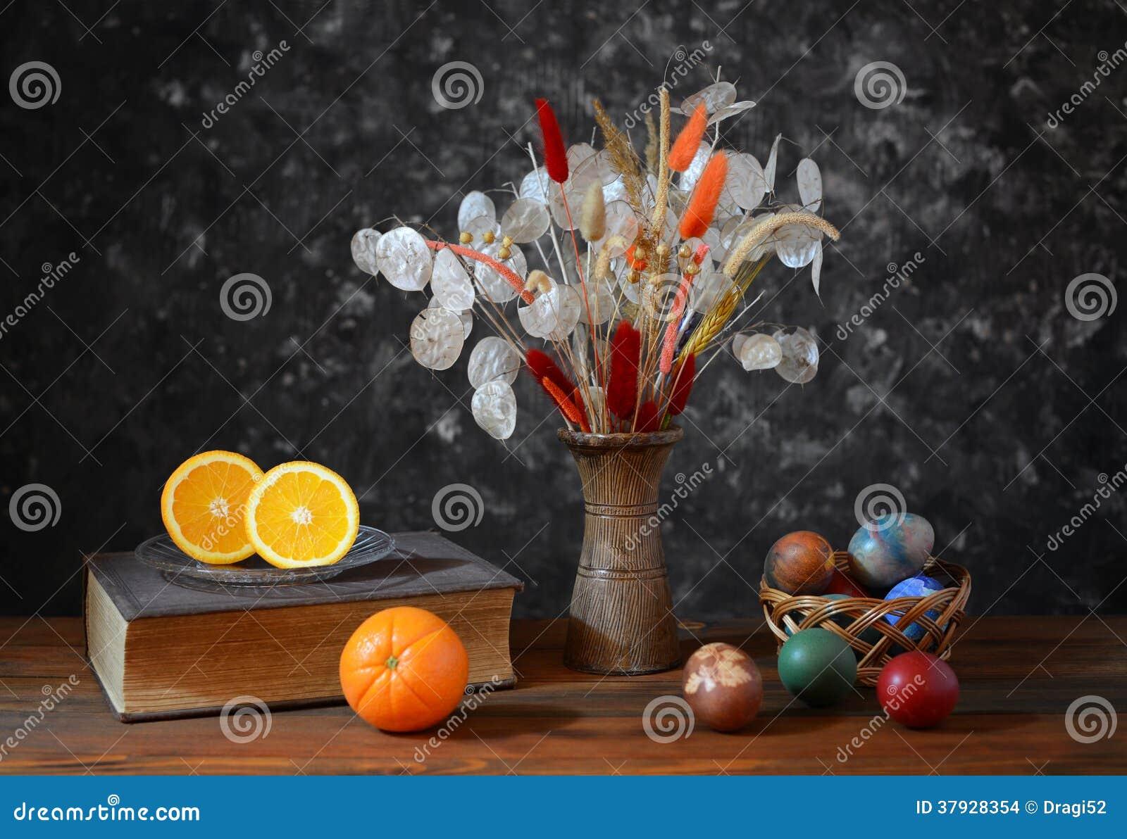 Пасхальные яйца в плетеных корзинах и цветках