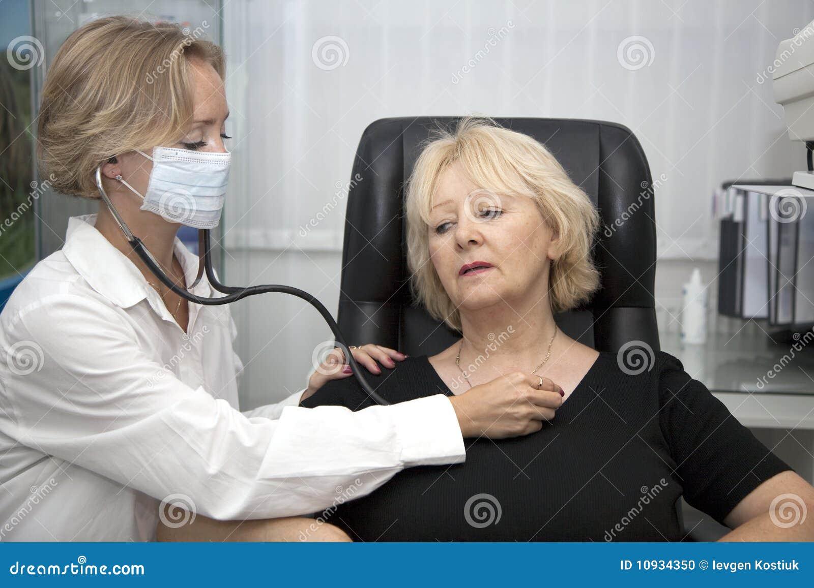 пациент доктора рассматривая