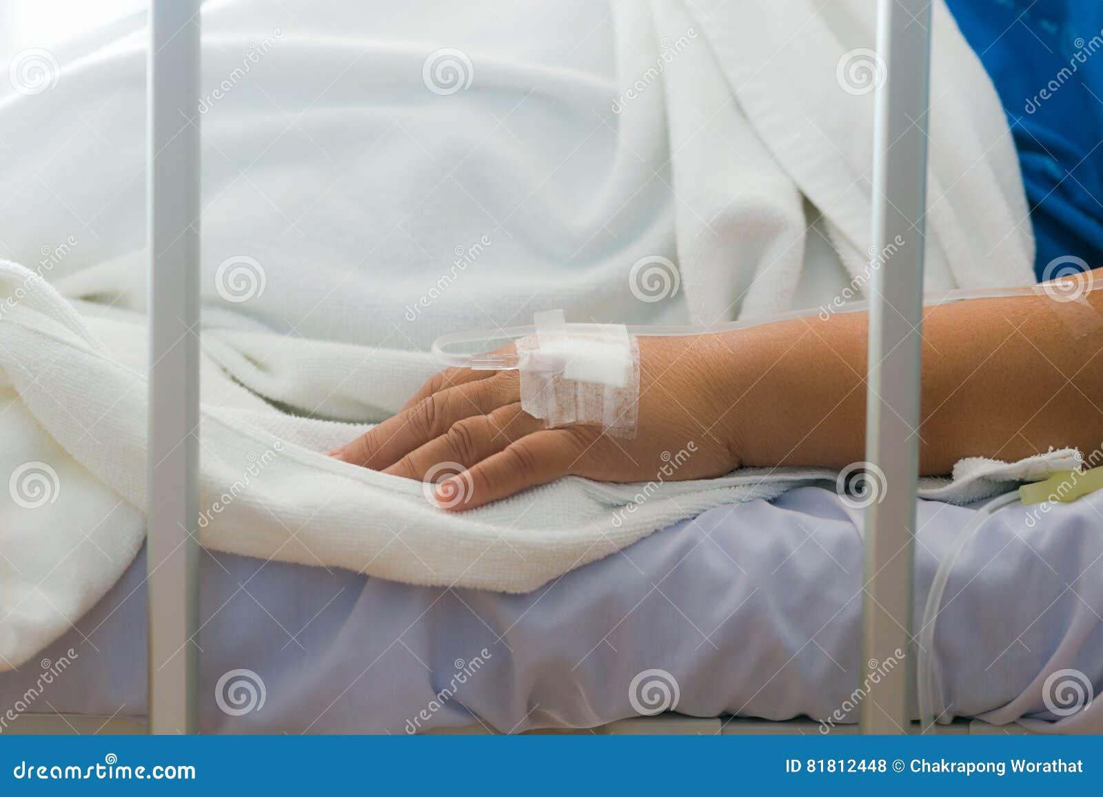 Пациент женщины конца-вверх в больнице с соляным intravenous IV