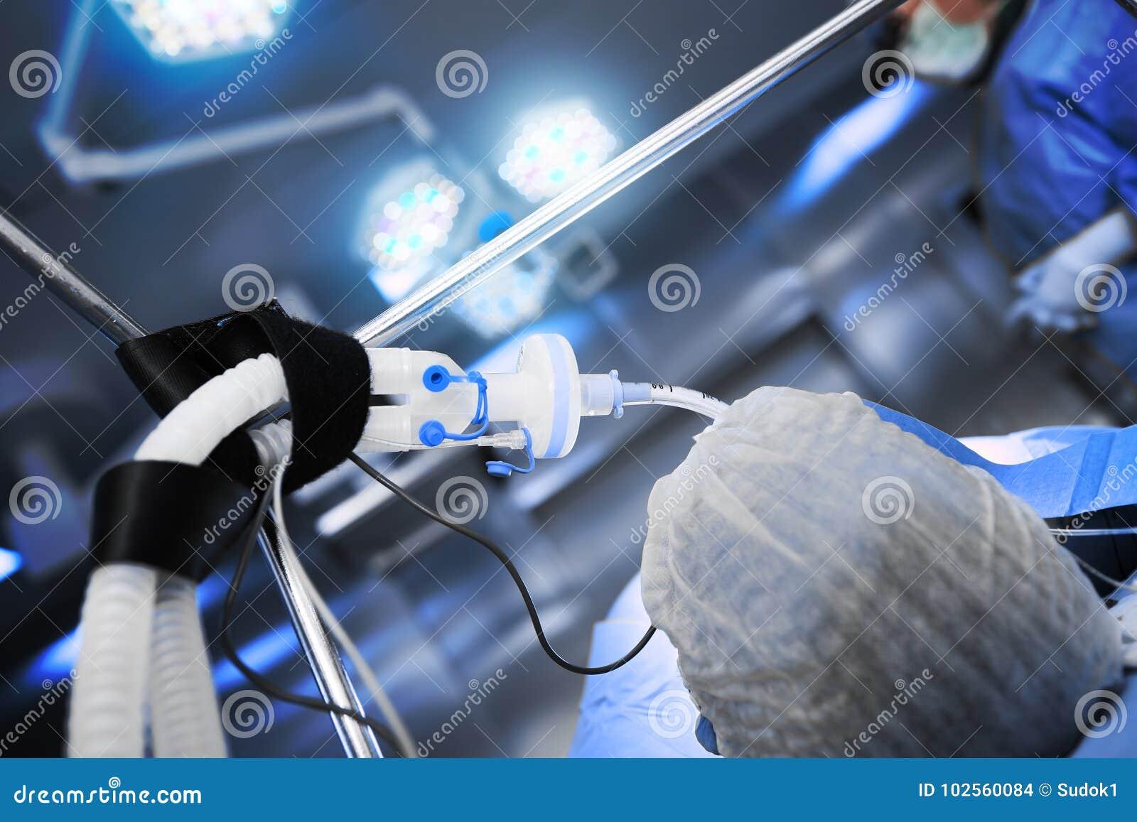 Пациент на операционном столе готовом для хирургической обработки