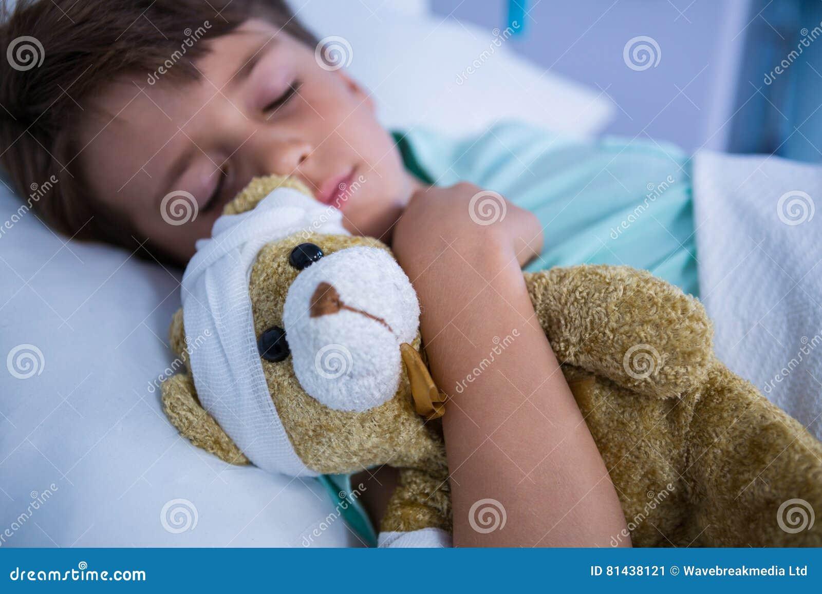 Пациент отдыхая в палате