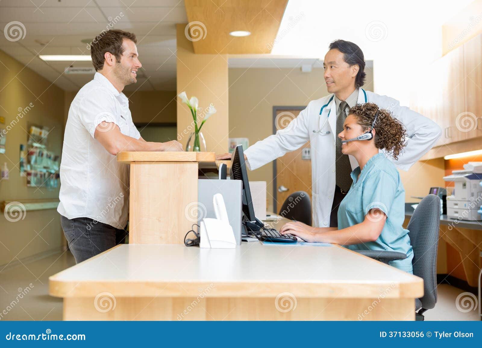 пацыэнт и медсистричка в пиемной в фото