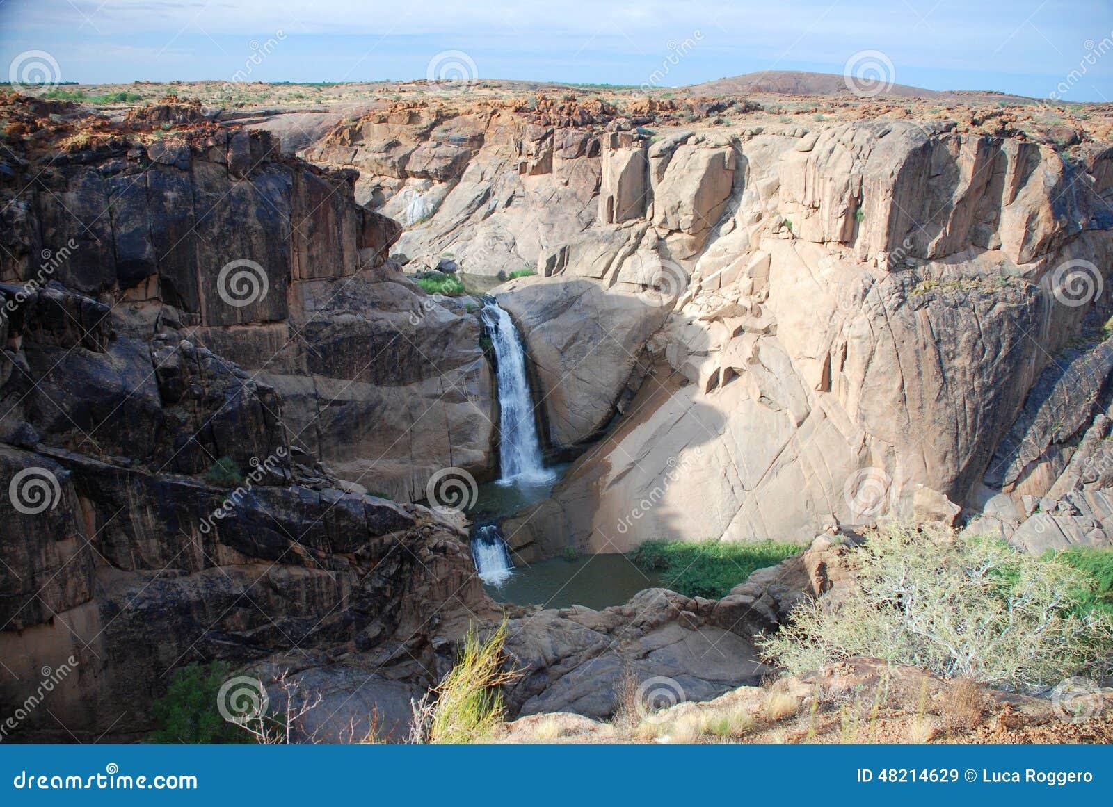 Падение пункта стрелки Оранжевый каньон реки на Augrabies падает национальный парк Северная плаща-накидк, Южная Африка