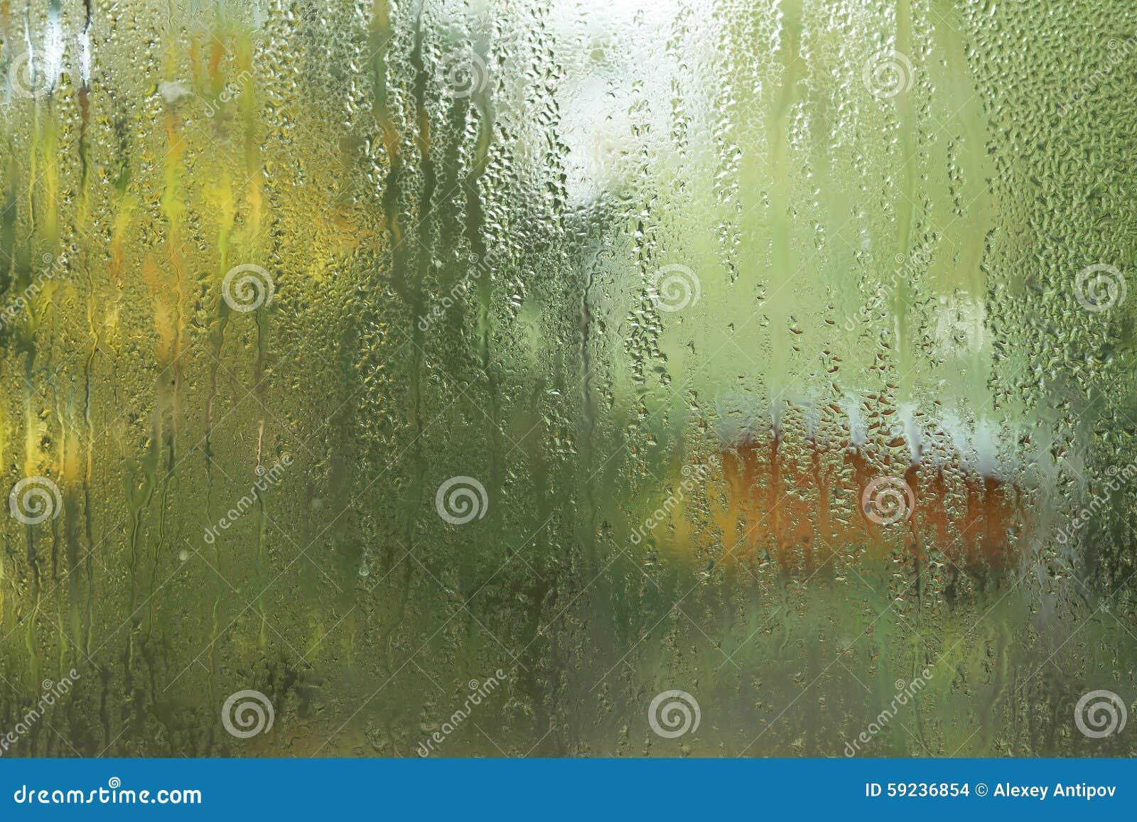 Падения проточной воды на стеклянном окне
