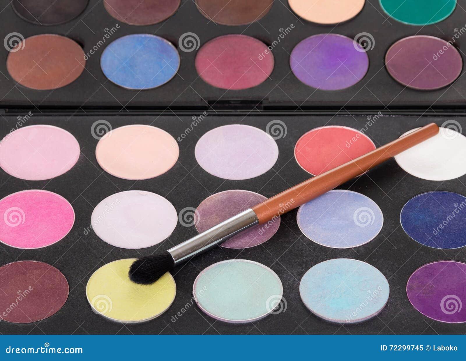 Download Палитра красочных теней глаза и косметическая щетка составляют Стоковое Изображение - изображение насчитывающей brusher, повелительница: 72299745