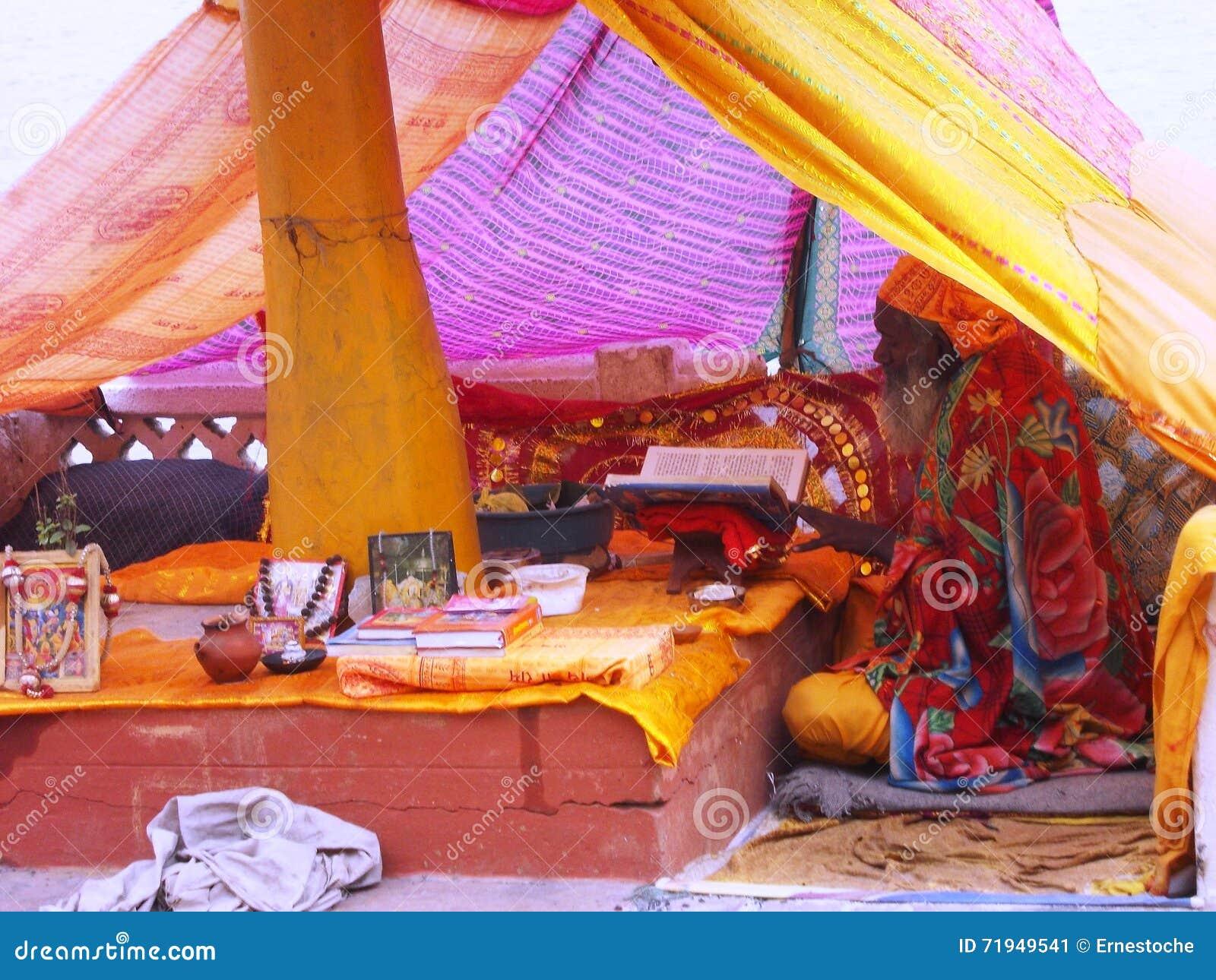 Паломник в Священном городе Варанаси в Индии