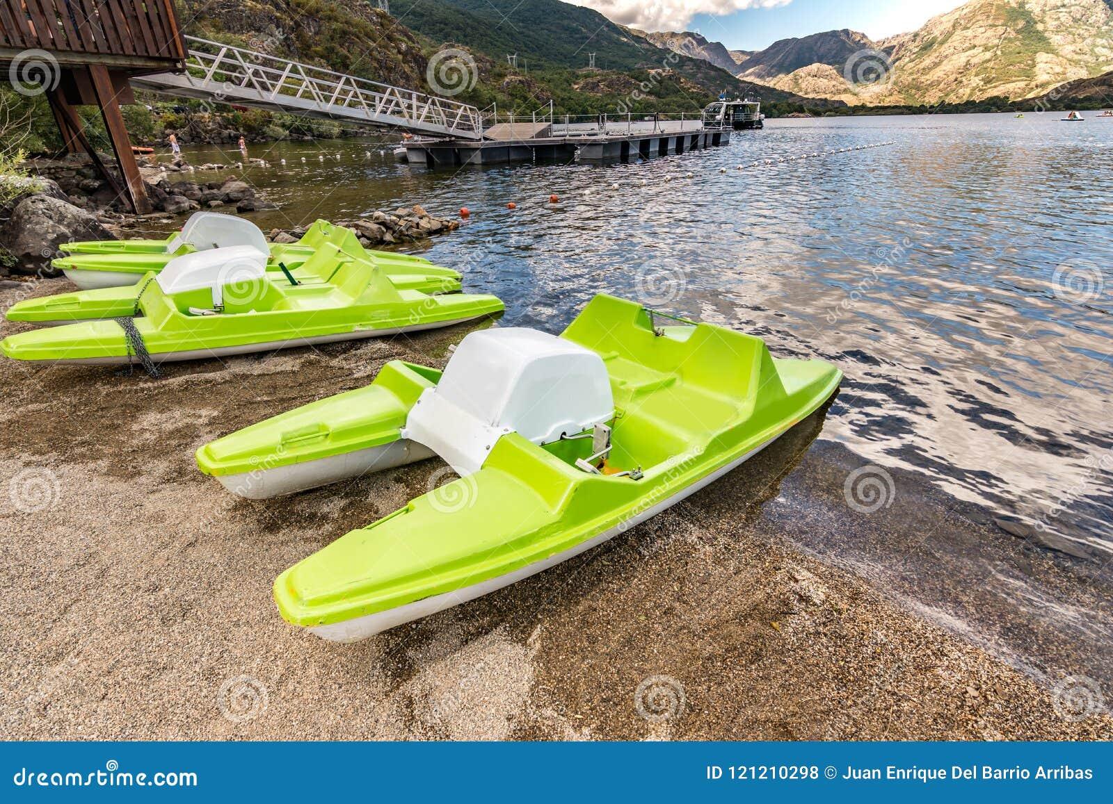 Педаль шлюпки в озере Sanabria в Zamora Кастилии y Леоне, Испании