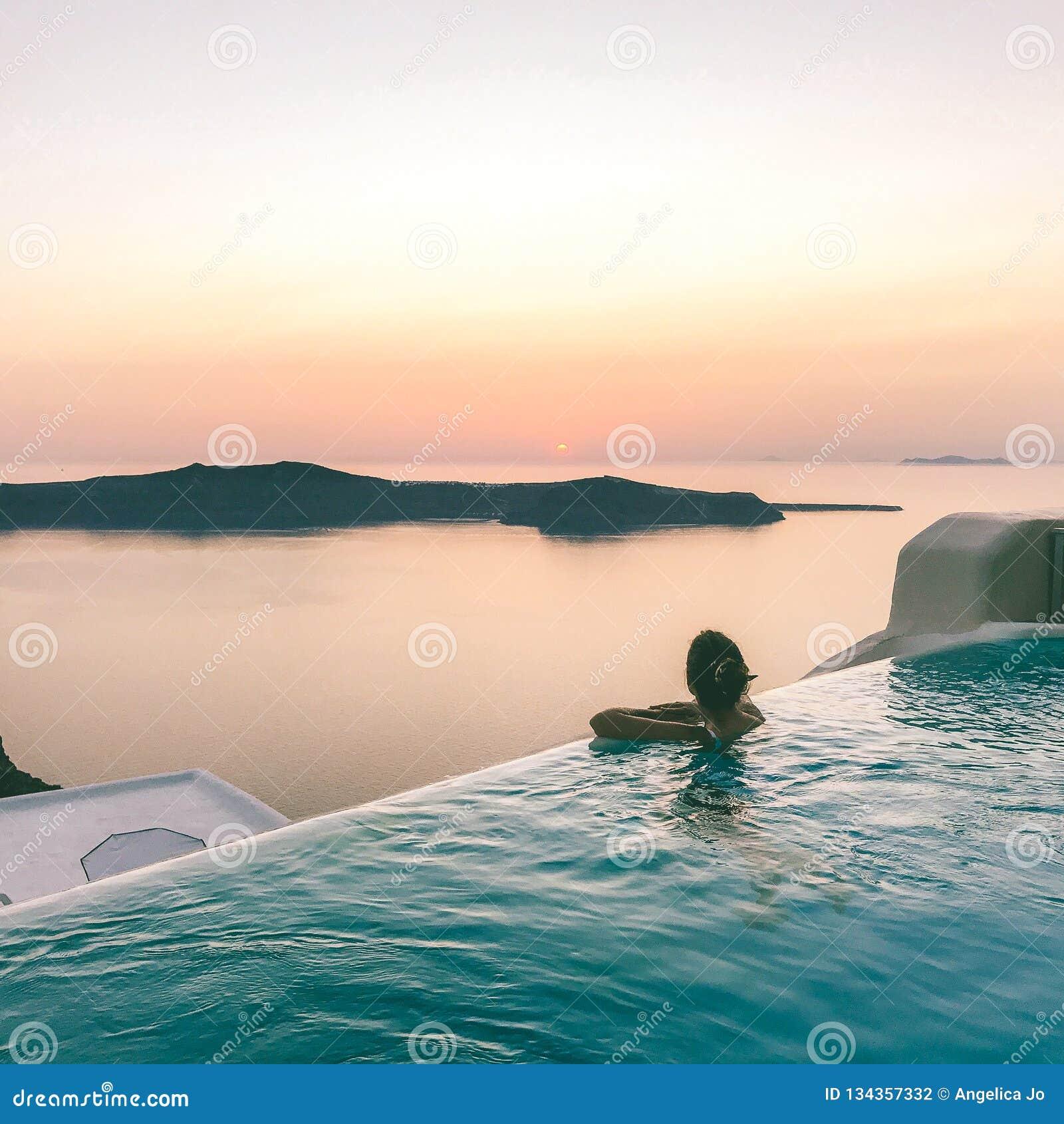 Пейзажный бассейн Santorini взгляда