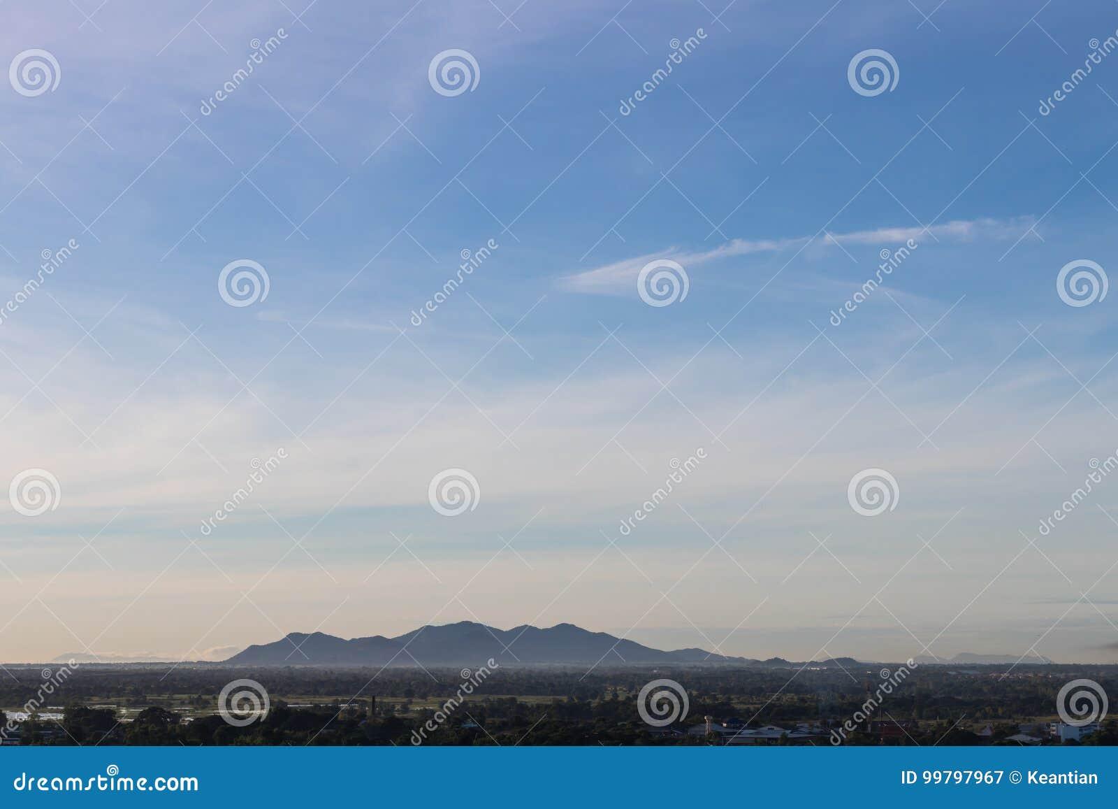 Пейзаж неба вечера над гористой сельской местностью