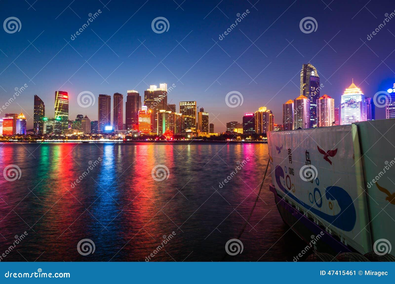 Пейзаж ночи залива Fushan Qingdao