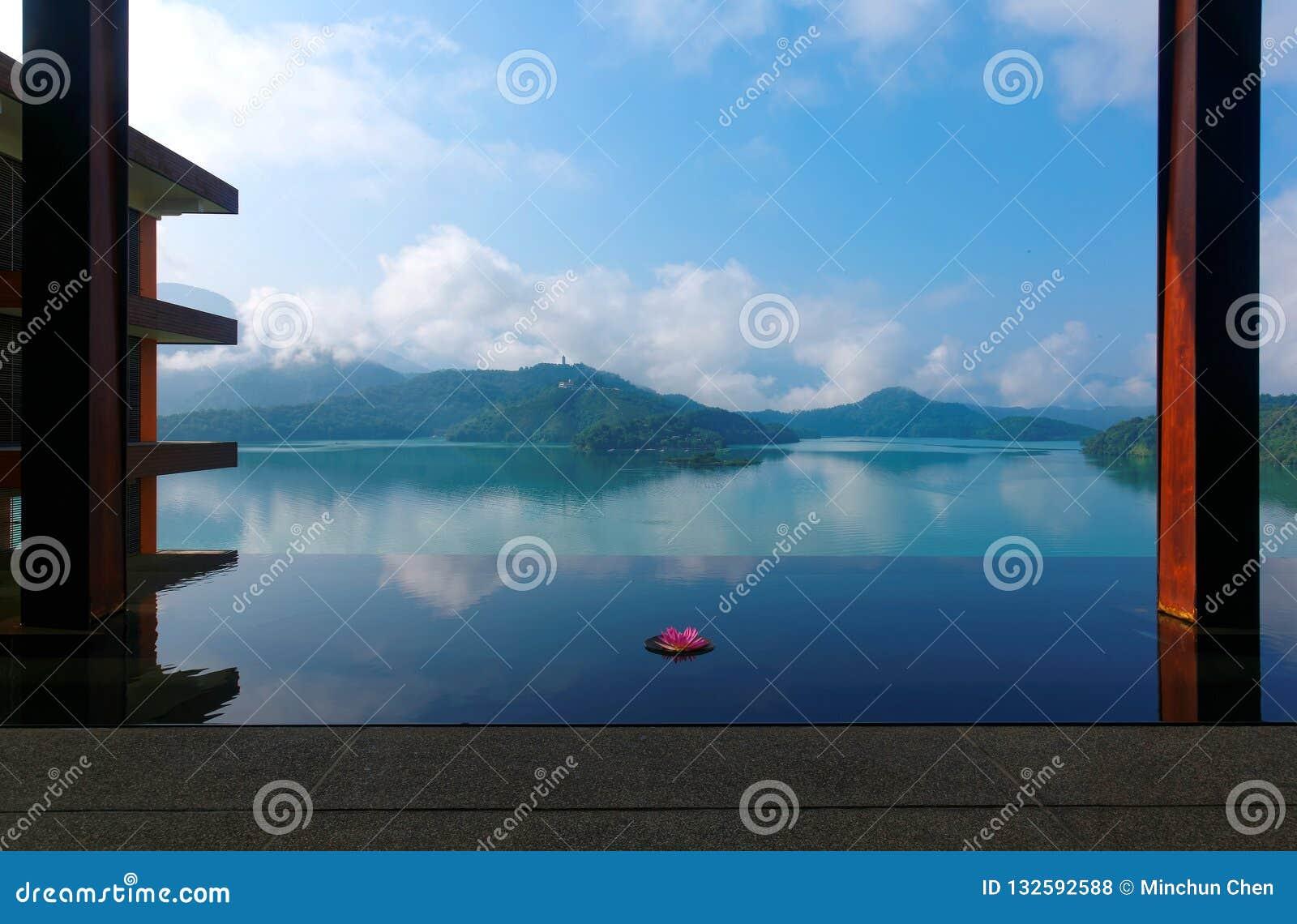 Пейзаж озера лун Солнца, известное туристское назначение в Nantou, Тайване