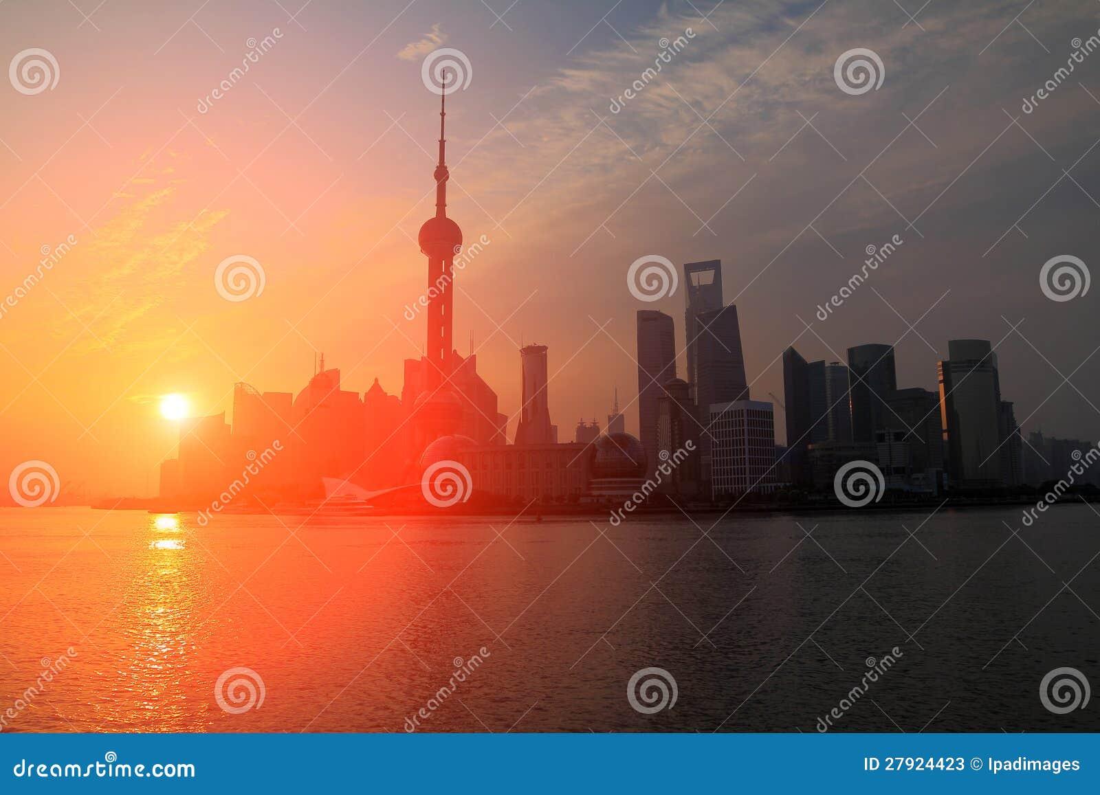 Пейзаж предпосылки неба рассвета в Шанхае