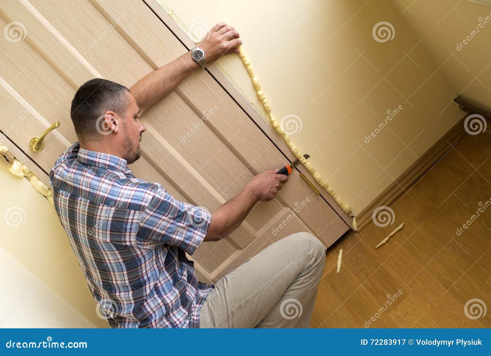 Download Пена установки полиуретана стоковое изображение. изображение насчитывающей дверь - 72283917