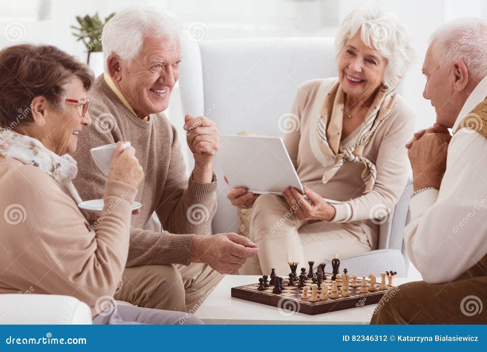 Пенсионеры играя шахмат