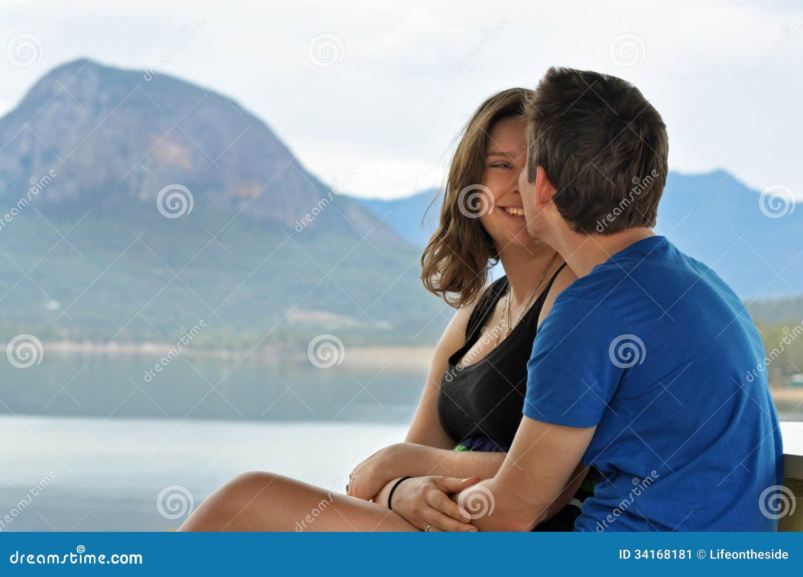 Первая дата для счастливых молодых пар на сценарном озере